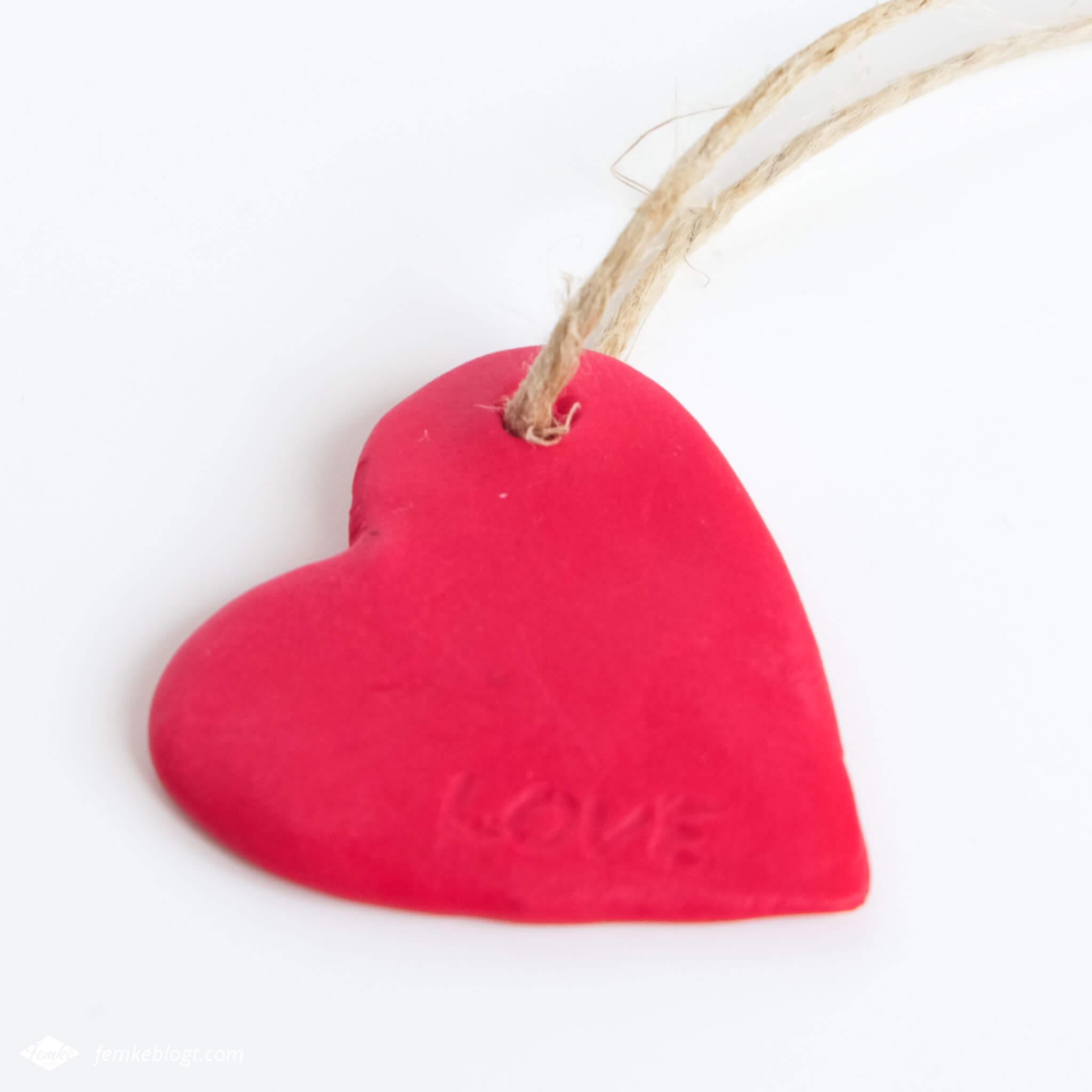 DIY valentijnshartjes van FIMO klei | Maak een sleutelhanger van FIMO klei met persoonlijke tekst voor je lover op Valentijnsdag