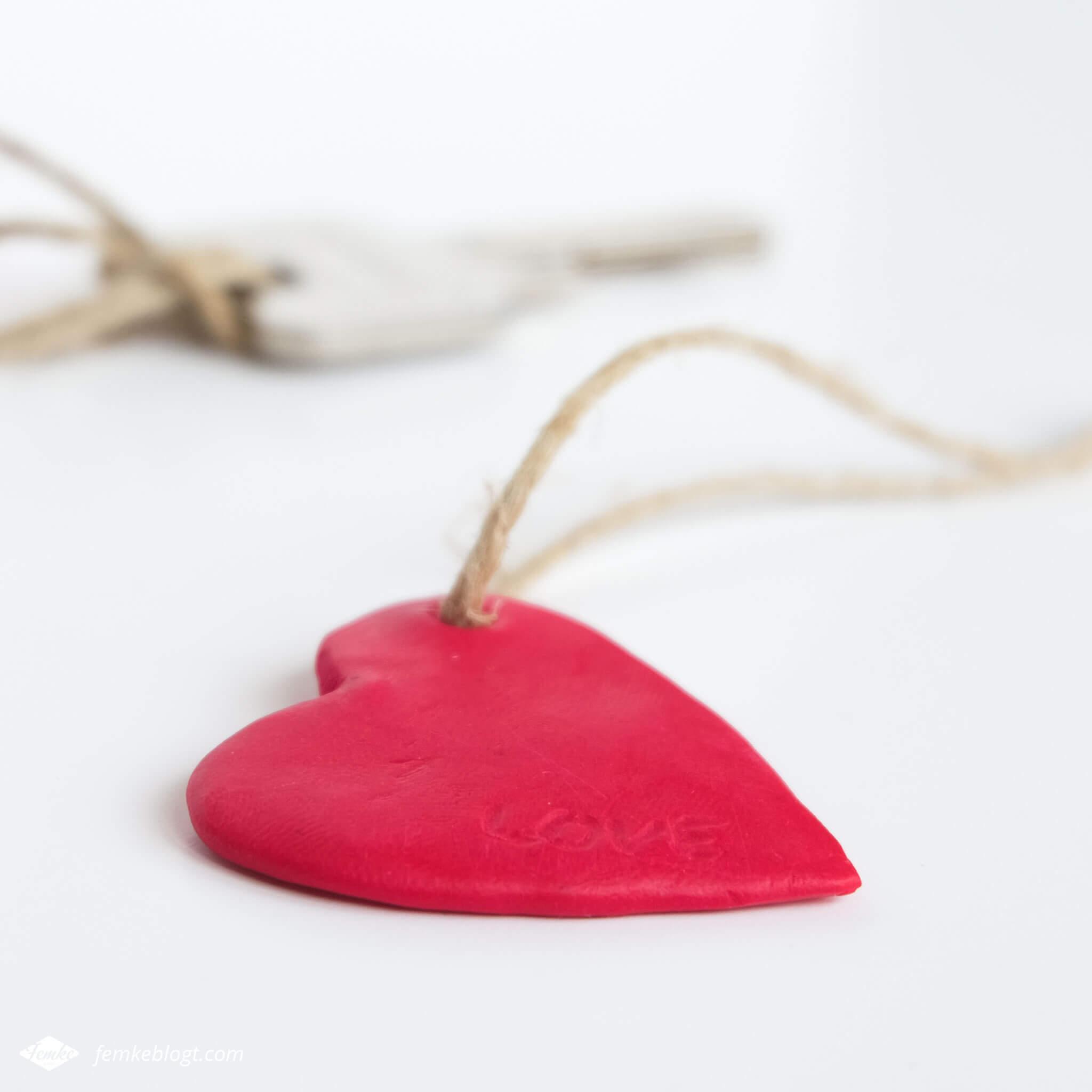 DIY valentijnshartjes van FIMO klei   Maak een persoonlijk hartjes sleutelhanger als cadeau voor Valentijnsdag