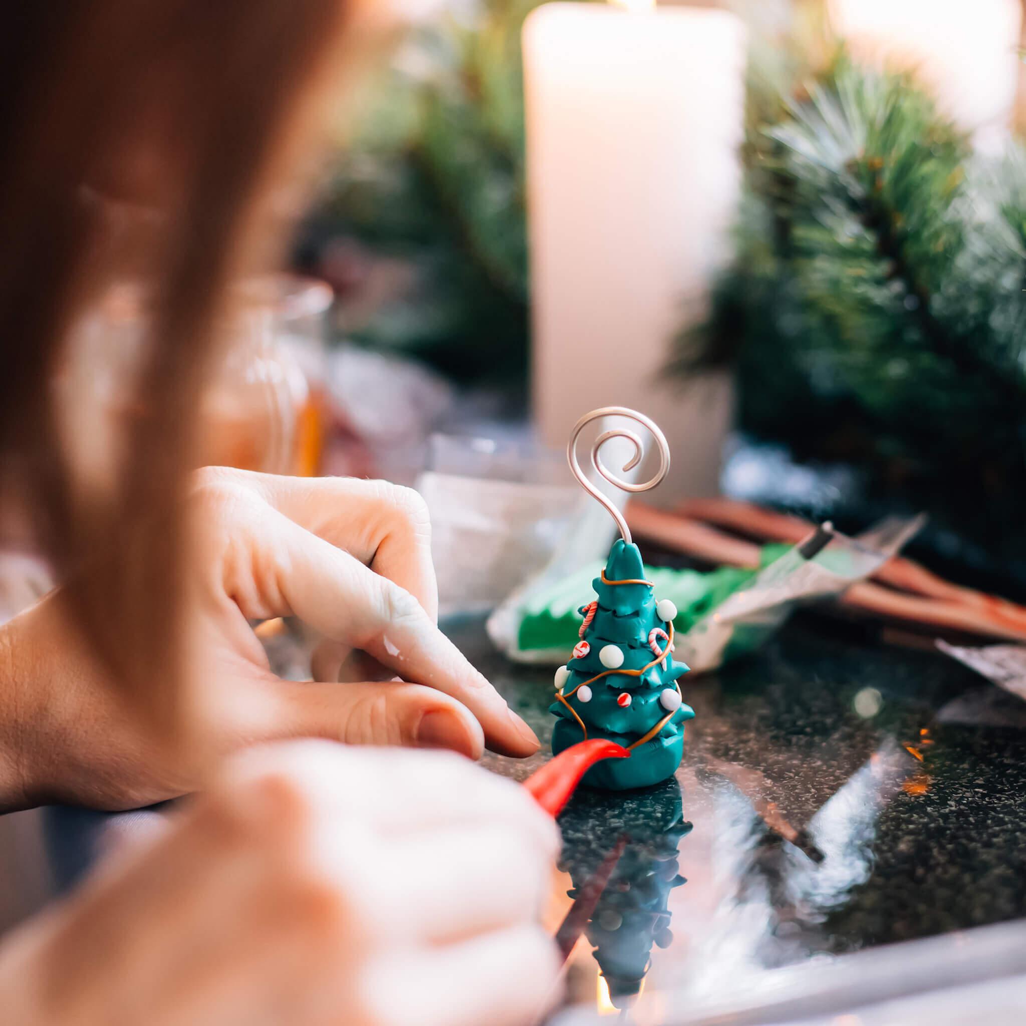 Kerstdecoratie maken met FIMO klei | Maak leuke kerstdecoratie met FIMO klei zoals dit leuke kerstboompje