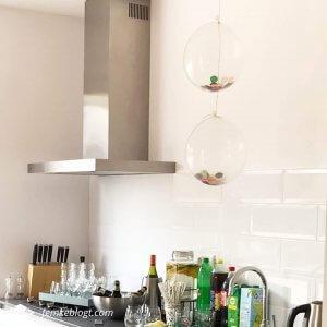 Onze housewarming | Aanrecht vol met drinken en confetti ballonnen.