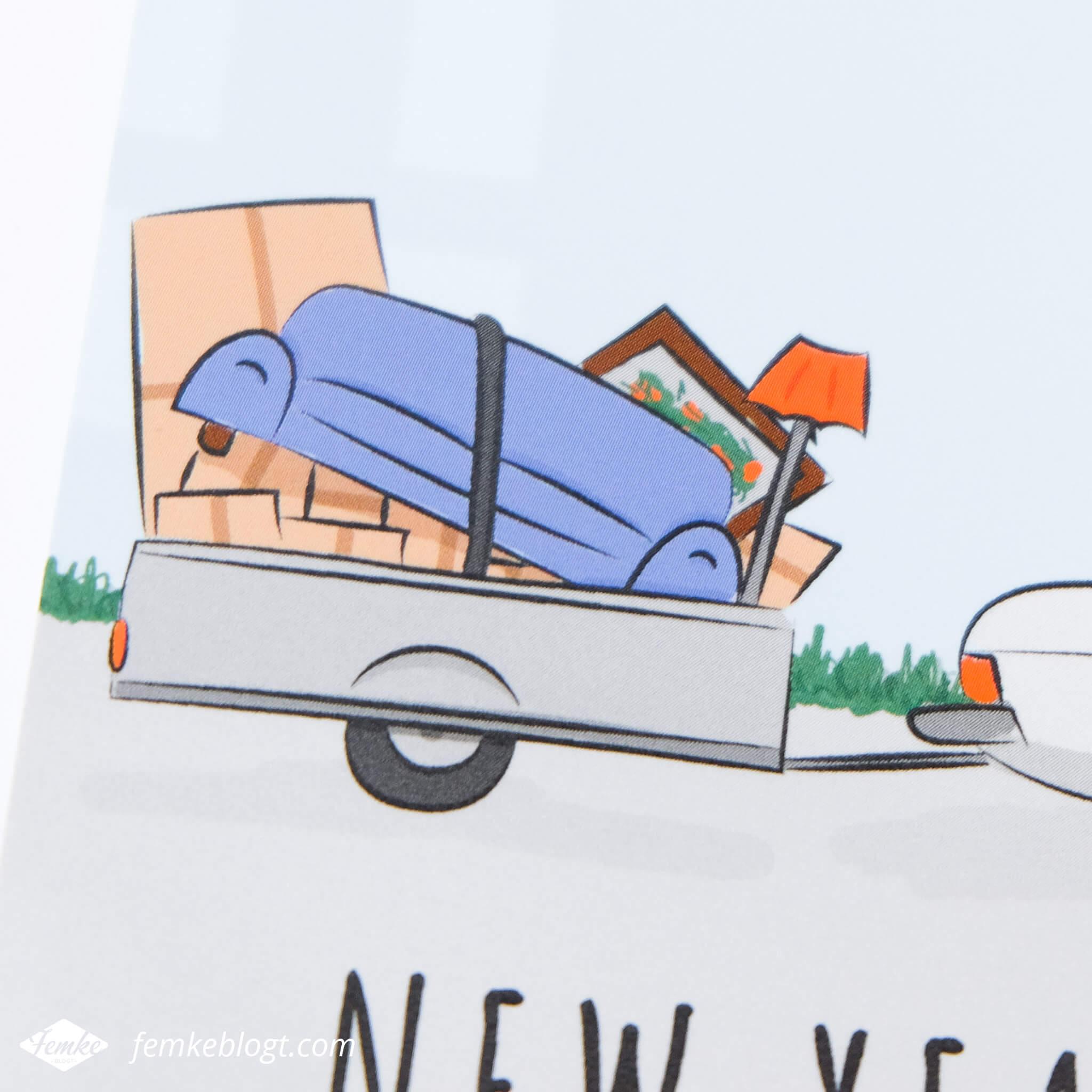 Verhuiskaart ontwerp New year, new home! | Detail foto van de illustratie van de auto met aanhangwagen.