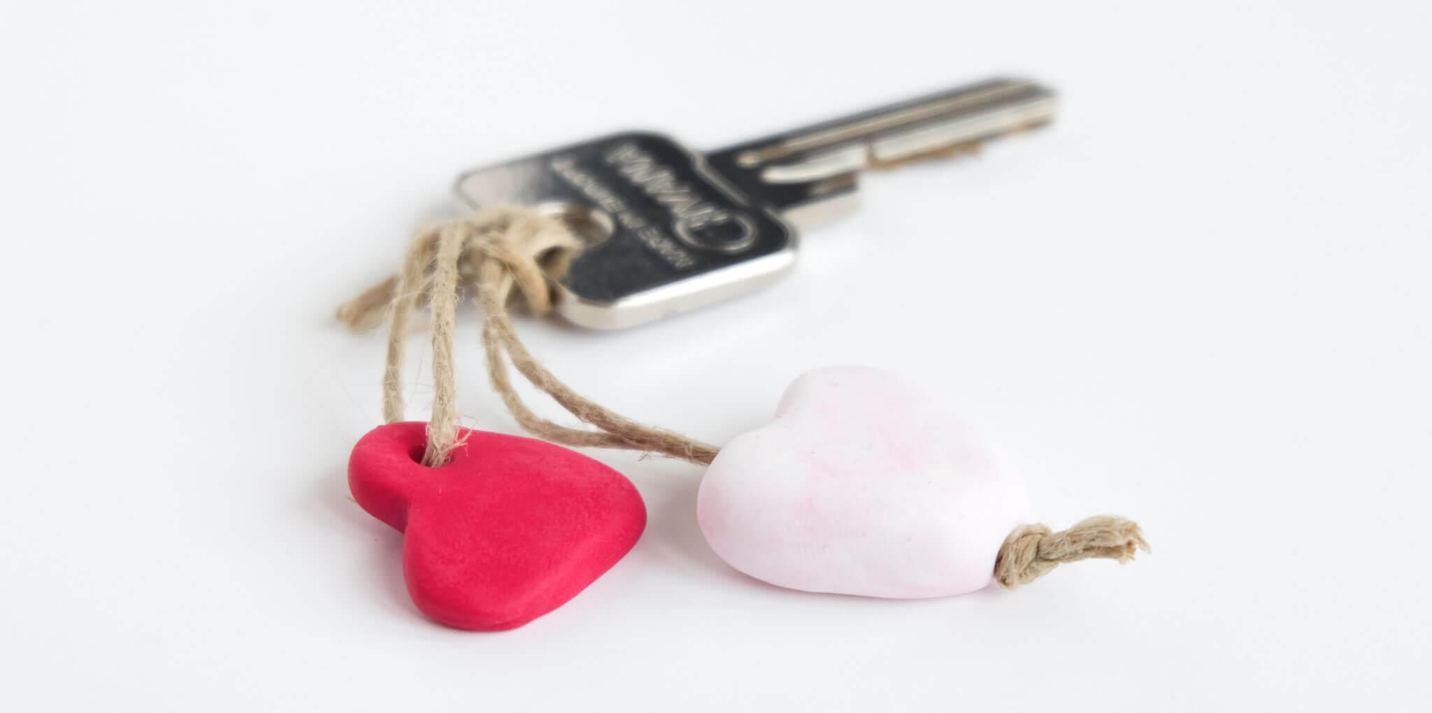 DIY valentijnshartjes van FIMO klei   Maak hartjes sleutelhangers van FIMO klei als cadeautje voor Valentijnsdag