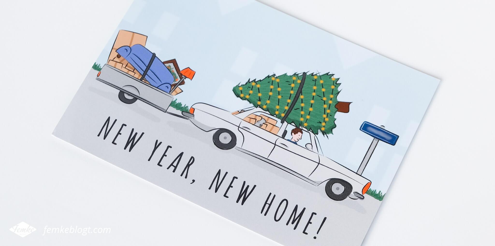 Verhuiskaart ontwerp New year, new home! | De voorkant van de verhuiskaart heeft een illustratie van een auto met een kerstboom op het dak en een volgepakt aanhangertje.