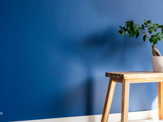 Logeerkamer blauwe muur