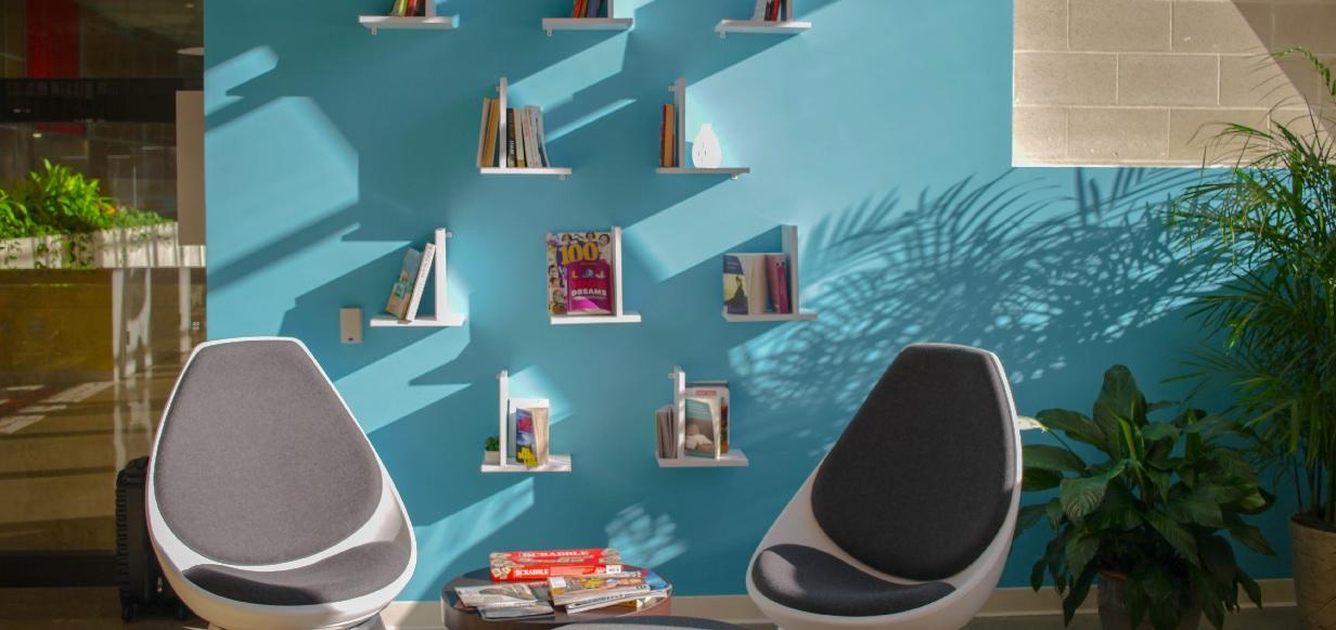Functionele wanddecoratie met boeken